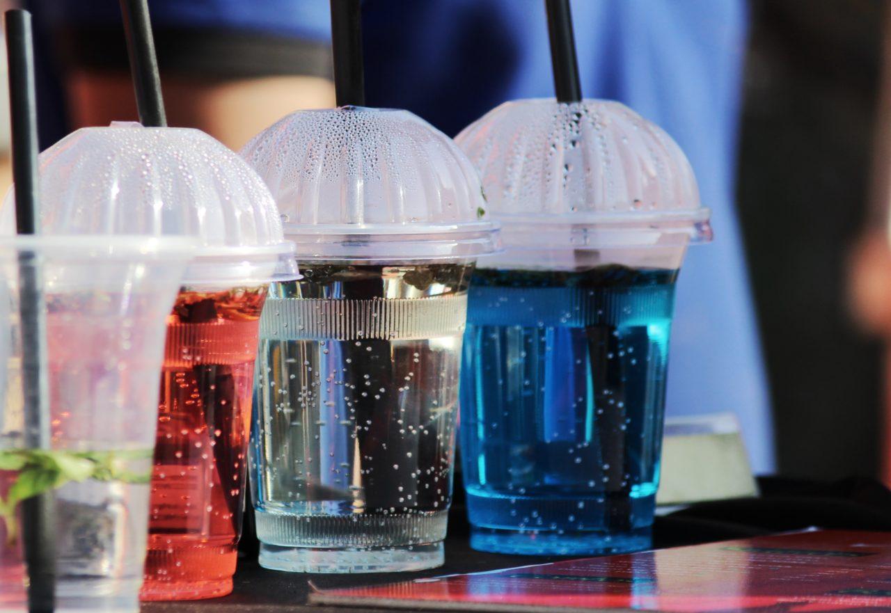 Запрет пластиковой посуды и трубочек для коктейлей