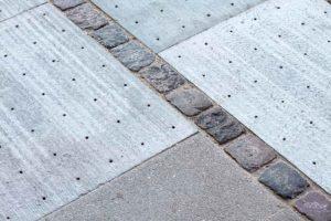 Тротуарная плитка собирает дождевую воду