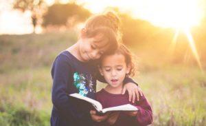 Девочки читают книгу