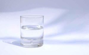 Стакан чистой питьевой воды