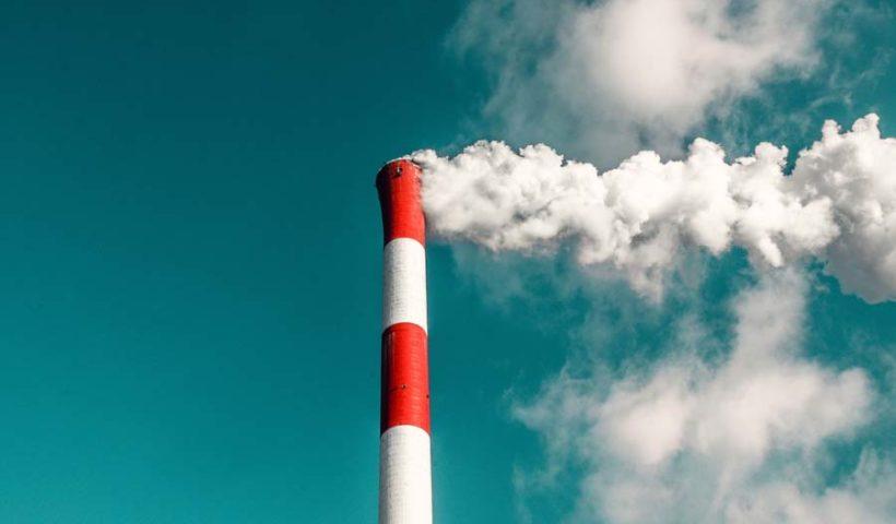Дым из промышленной трубы
