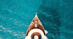 Яхта в океане