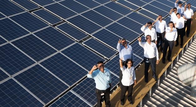 Сотрудники Bosch в Индии на крыше с солнечными панелями