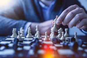 бизнесмен играет в шахматы