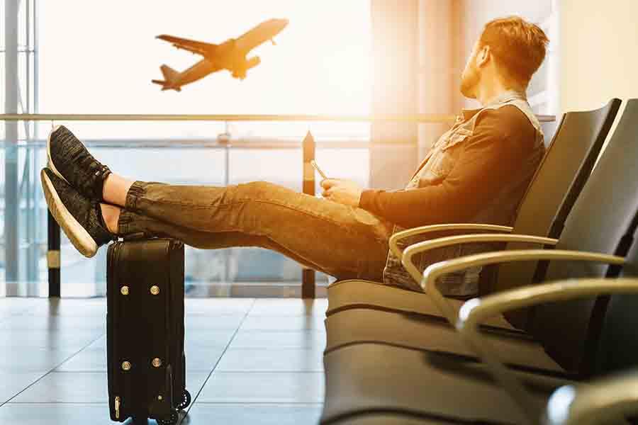 Самолет вылетает из аэропорта