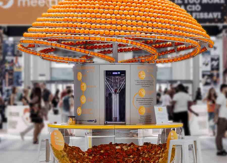 Инновационная соковыжималка подает сок в биопластиковых стаканчиках из апельсиновой кожуры